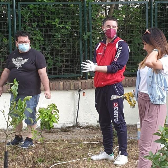 Al lavoro per ripulire lo spazio verde intorno alla statua di Padre Pio in Piazza Europa