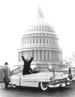 El presidente Eisenhower, un conocido entusiasta de los coches, viajaba en una de las primeras unidades producidas del modelo Eldorado durante su desfile inaugural 1953.