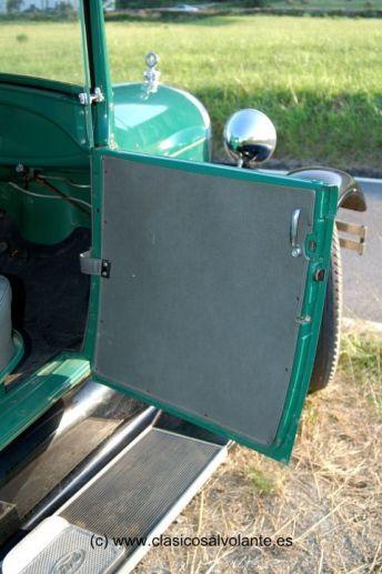 Las puertas no equipan cristales, función que cumplen unos prácticos derivabrisas fijados al parabrisas.