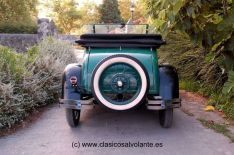 En la zaga del vehículo destaca la rueda de recambio.