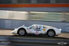 El Porsche 906 en su entorno habitual, el circuito.