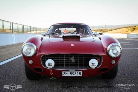 Ferrari 250 GT SWB esperando el banderazo de salida.