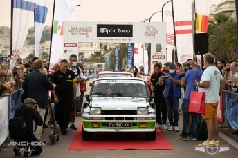 Precioso Renault 5 Turbo en el arco de Meta