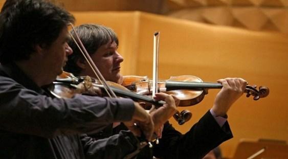 Duelul viorilor ajunge la Carnegie Hall