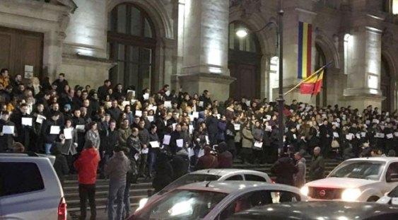 Un nou protest al magistraților pe treptele Palatului de Jusțiție