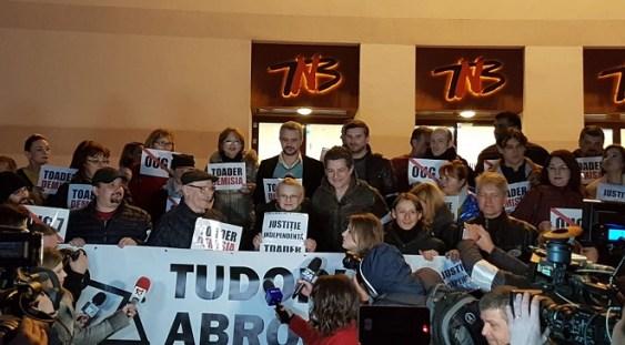 Protest al actorilor în faţa Teatrului Naţional faţă de OUG 7