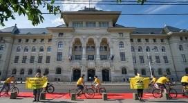Greenpeace a cerut, în fața Primăriei București, creșterea numărului de piste de biciclete