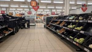 Brexitul începe să se simtă în supermarketurile britanice: rafturi goale în raioanele de fructe și legume