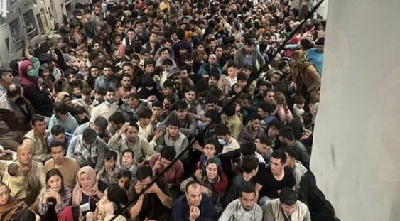 Aproape 650 de afgani înghesuiți într-un avion făcut să transporte de patru ori mai puțini oameni