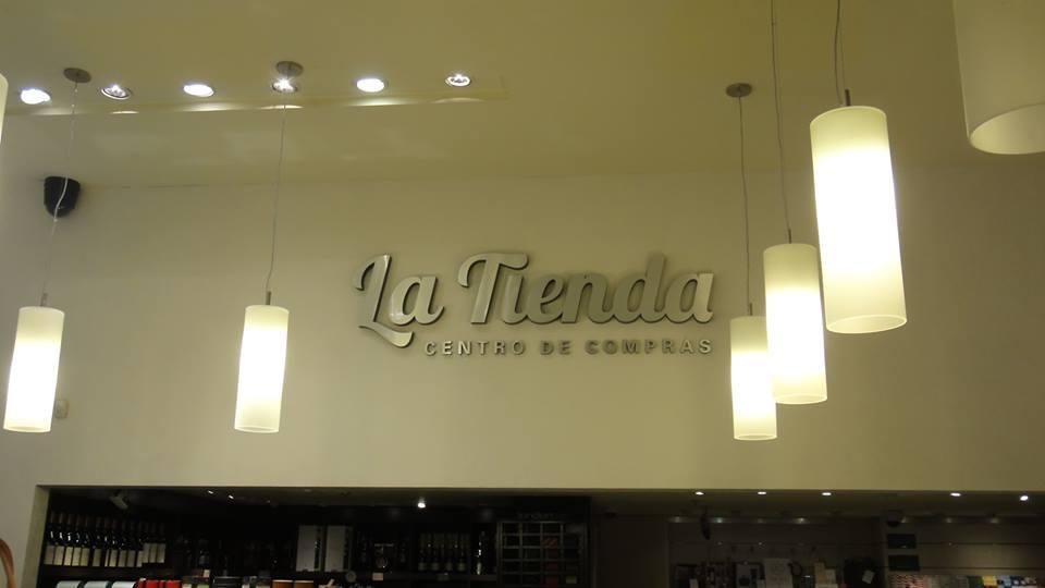 Logo corpóreo La Tienda en polyfan con frente en metalex
