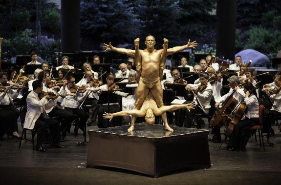Cirque de la Symphonie in a 2012 performance with the Philadelphia Orchestra (Photo: Zach Mahone)