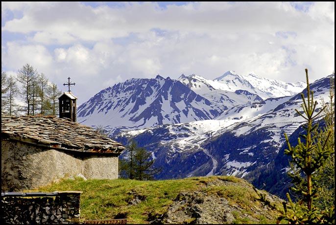Chapelle de la Combaz, au fond Tovière