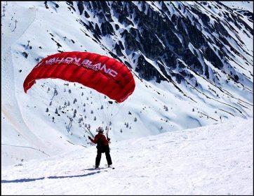 Ski et parapente au-dessus de Tignes le Lac