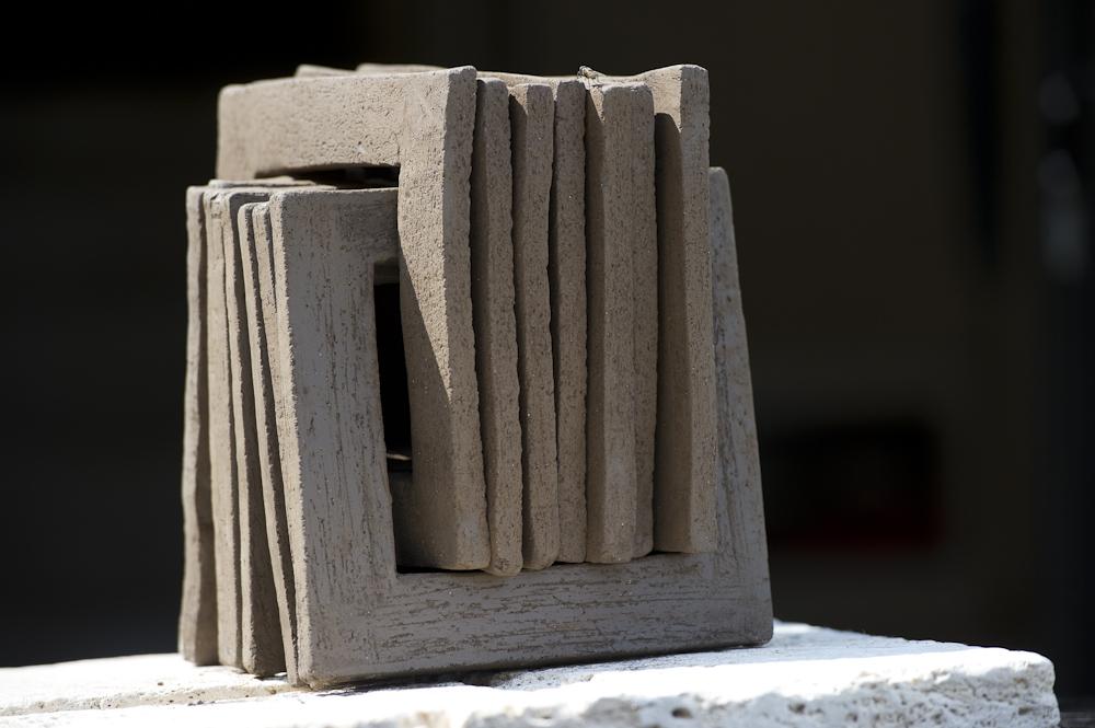 Shamaille est une collection de sculptures en céramique. Sculptures design nées de la rencontre entre deux univers : le bijou céramique et le design, de la rencontre entre deux artistes : Claire Marfisi et Claude Robin. Un jeu de transparence extensible à l'infini pour habiter l'espace et se jouer de l'architecture… Sculptures design fabriquées en céramique.