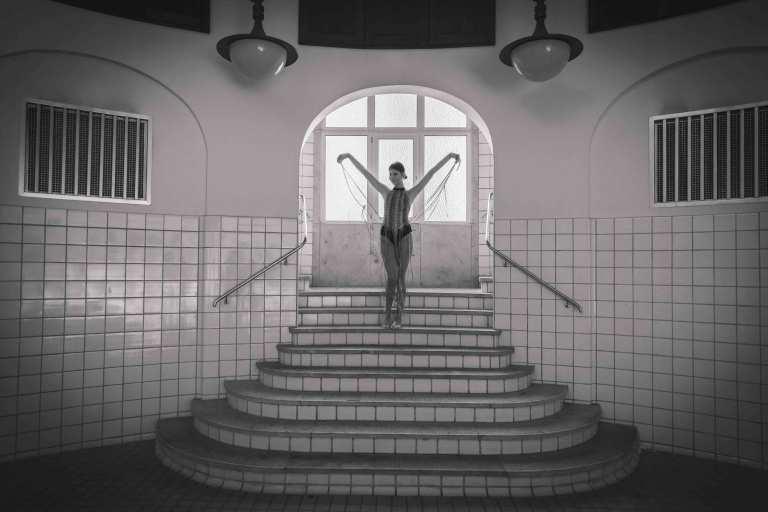 Tänzerische Portraits durch Licht und Schatten Lost Place Fotoshooting im Nürnberger Volksbad Claudia Link Fotografie und Grafikdesign Nürnberg Neumarkt Freystadt Roth