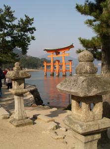 im Wasser stehendes Torii auf Miyajima
