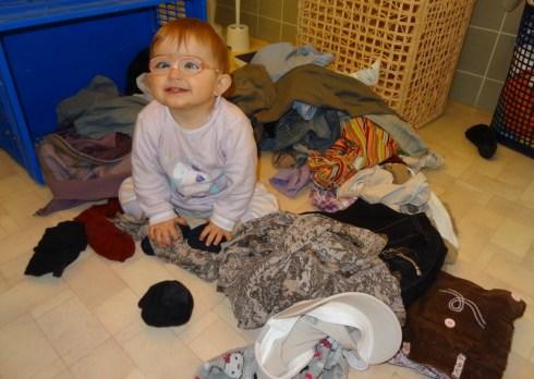 Laura Maria sortiert die Wäsche