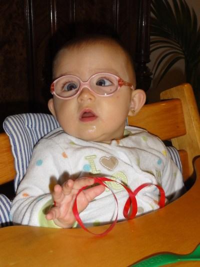 Larua Maria sitzt am Tisch