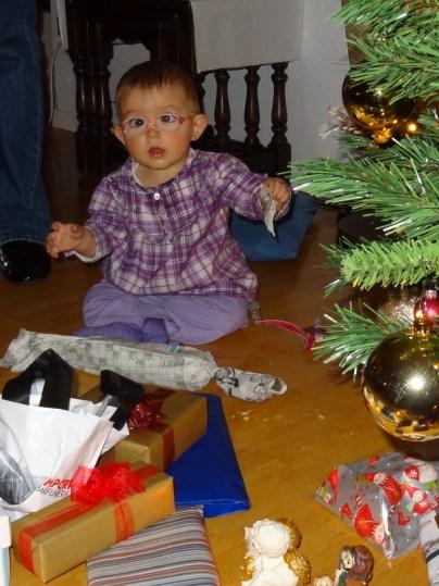 Laura Maria beim Geschenke auspacken