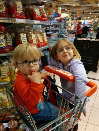 Lucas und Laura Maria beim Einkaufen