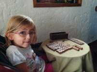 Laura Maria spielt Domino