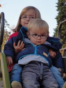 Laura Maria mit Bruder Lucas David auf der Rutschbahn