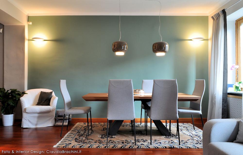 Soggiorno con parete verde e elementi naturali  Claudia Brachini  TORINO