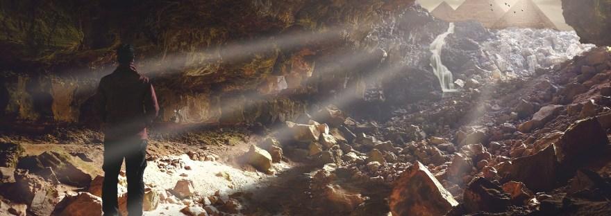 uomo nella caverna che vede la luce