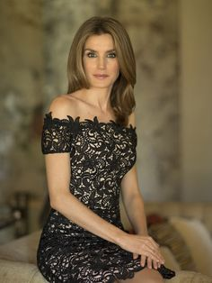 Rainha Letícia da Espanha, jovem, magra, cabelos castanhos claros e longos, sentada com as pernas cruzadas e as mãos apoiadas junto ao joelho, num banco do Gabinete Real, ela veste um tecido de renda preta,