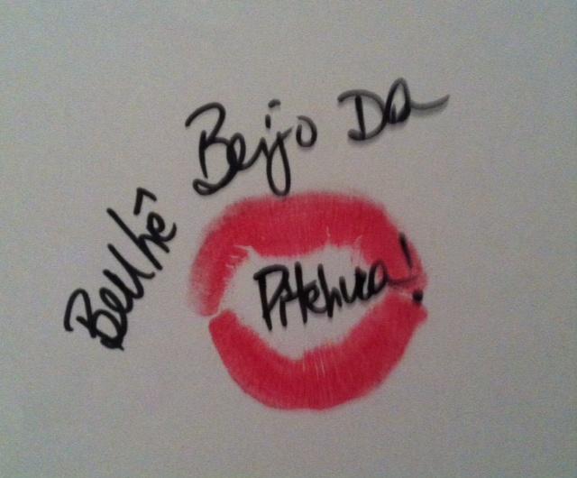 """marca de boca pintada de batom rosa choque em folha de papel com mensagem :no centro da marca da boca """"Benhê, beijo da pitchuca!"""""""