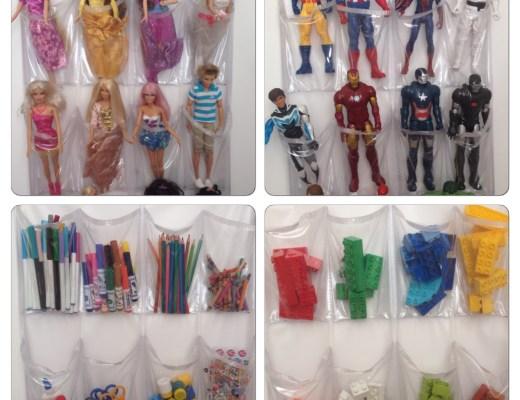 Montagem de quatro sapateiras de plástico usadas como porta-brinquedos. Através do plástico transparente se vê guardados de forma organizada, em uma as barbies, na outra os heróis, na outra os legos e na última matérias de pintura como: canetas coloridas, lápis, tesouras, tintas