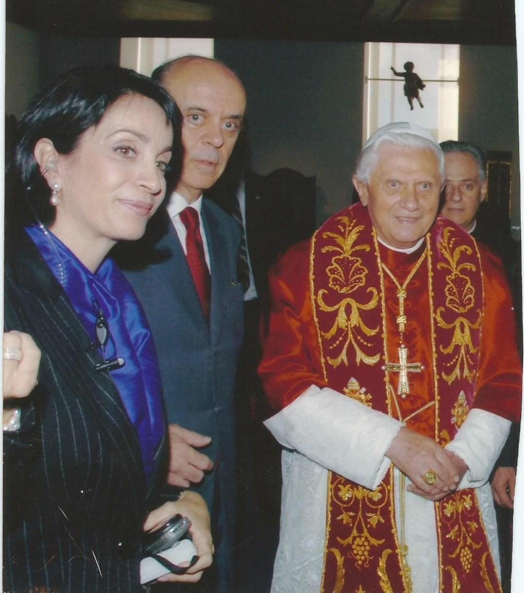 foto do Papa Bento XVI junto ao Governador José Serra e Claudia Matarazzo