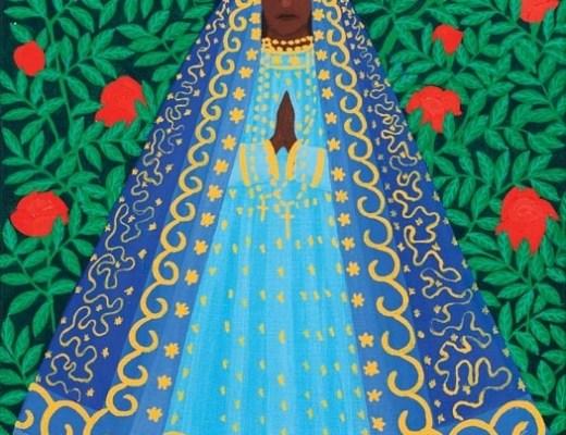 Imagem da Nossa Senhora Aparecida, pintura de Djanira, onde temos no fundo muitas folhas verdes com rosas vermelhas espalhadas ao centro a imagem da santa com seu manto azul com muitos detalhes em amarelo, abaixo vários rostos de anjinhos com asas