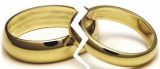 duas alianças de ouro divididas ao meio