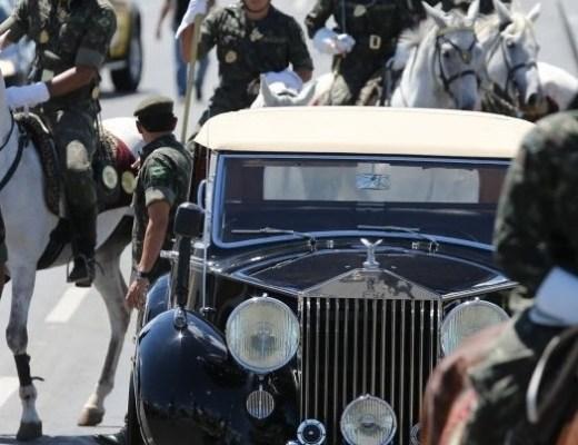 Imagem do ensaio da posse presidencial em Brasilia - ladeado por militares do Regimento de Cavalaria o carro oficial transita na Esplanada dos Ministérios.