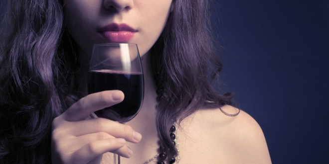 Wine-WOMAN-DRINKING-claudiamatarazzo