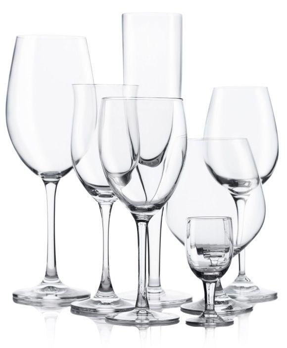 taças de cristal, posicionadas todas juntas, de vinho tinto, vinho branco, água, licor, frisante, champanhe,