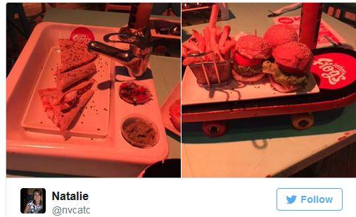 Na foto da direita fatias de sanduíches em pão integral de forma estão colocadas sobre uma pia de banheiro onde o lugar da saboneteira tem encaixado, no lugar do sabonete uma mini cumbuca com molho. Na foto da direita, 3 hambúrgueres estão colocados sobre um skate acompanhados de uma porção de batatas fritas.