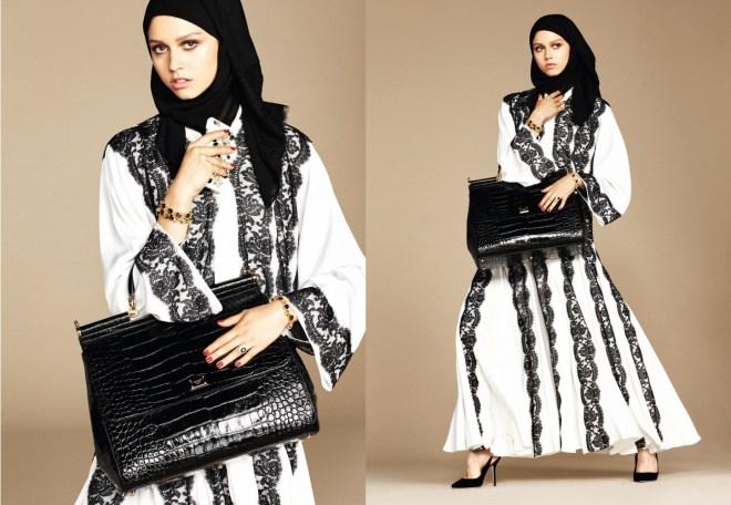 A mesma modelo em duas poses diferentes mostra uma bonita túnica branca com aplicação em renda muito larga preta . Nos pés sapatos delicados pretos e uma bolsa de crocodilo preta complementa o visual assim como o véu em renda negra muito delicada em volta do rosto.