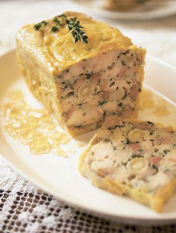 bolo de carne com forma retangular alto, contendo pedaçõs de carne e temperos e coberto por uma crosta.
