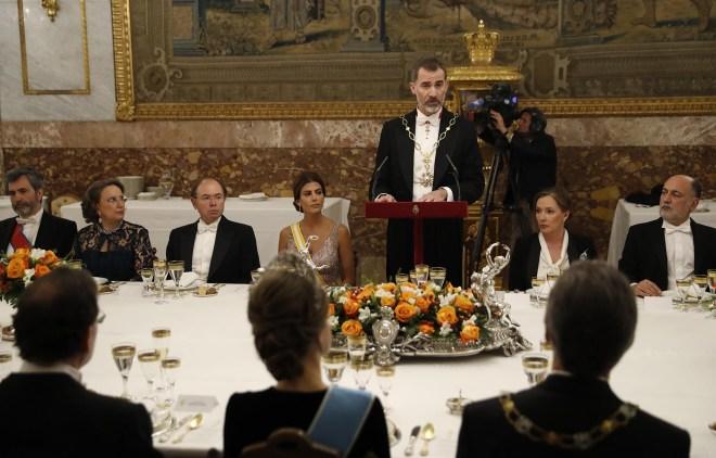 GRA626. MADRID, 22/02/2017.- El Rey Felipe durante su discurso al inicio de la cena de gala ofrecida al presidente del Argentina, Mauricio Macri (d, de espaldas) y su esposa, Juliana Awada (4i), hoy en el Palacio Real, a la han asistido, entre otros, el presidente del Tribunal Supremo, Carlos Lesmes (i); la secretaria general iberoamericana, Rebeca Grynspan (2i); el presidente del Senado, Pío García-Escudero (3i); Elvira Fernández (2d), esposa del presidente del Gobierno, Mariano Rajoy (i, de espaldas); y el presidente del Tribunal Constitucional, Francisco Pérez de los Cobos. EFE/Chema Moya ***POOL***