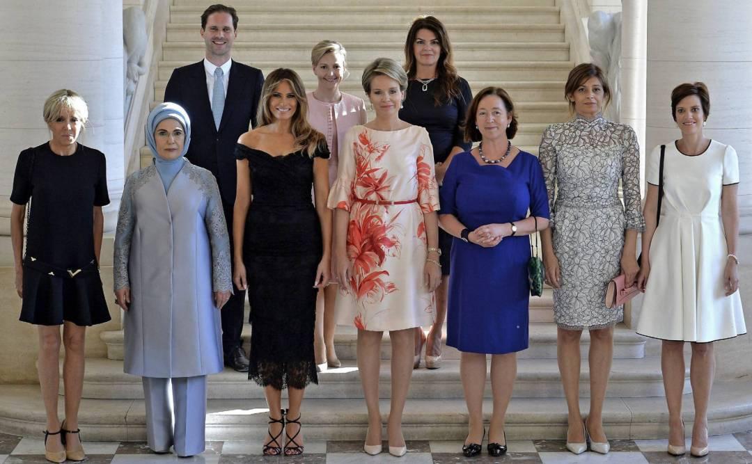 Foto Oficial das esposas e maridos dos líderes mundiais, realizada em maio-2017 na Europa, onde temos o primeiro cavalheiro de Luxemburgo, o único homem entre as mulheres.