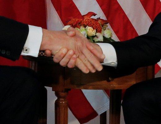 Presidente Donald Trump, tem sua mão apertada fortemente, pelo Presidente Macron da França , durante os cumprimentos formais pelo o Presidente Macron durante uma visita na reunião dos líderes Mundiais.