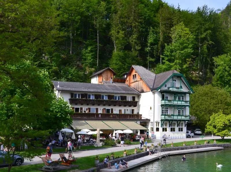 Gasthaus Fürberg in der gleichnamigen Bucht am Wolfgangsee