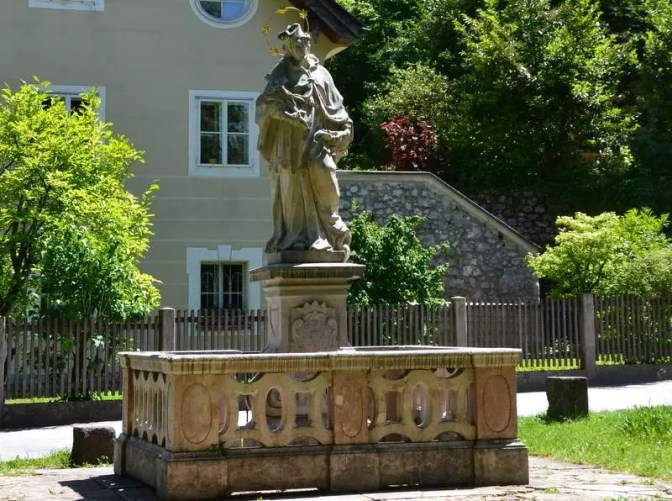 Statue von Nepomuk am Kirchenplatz Sankt Jakob am Thurn
