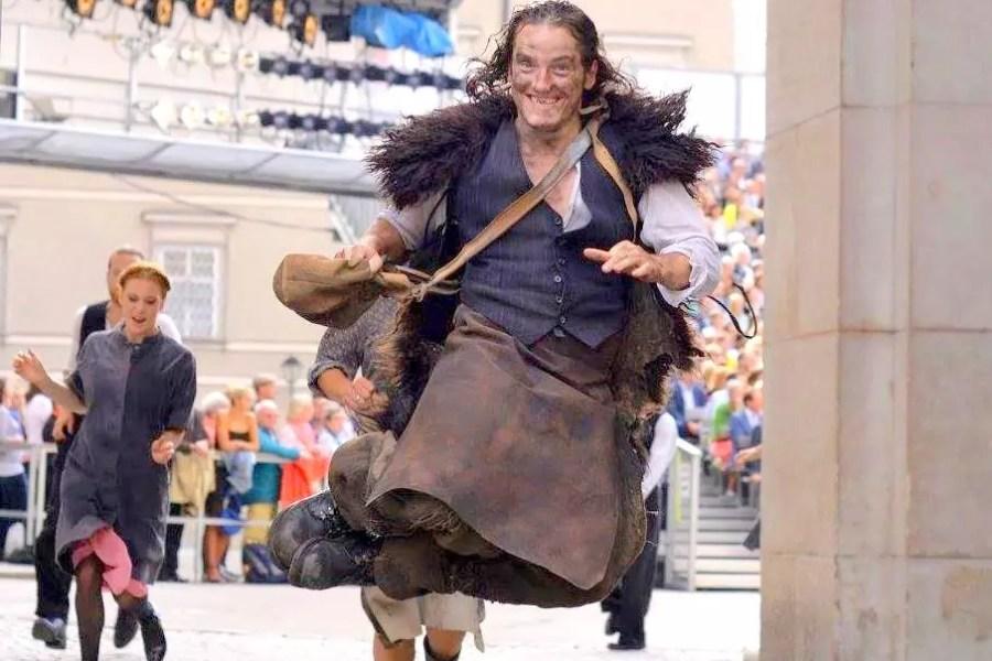 Salzburger Festspiele 2017; Felix Kreutzer sitzt in der Tischgesellschaft des Jedermann