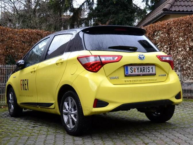 Toyota Yaris Hybrid Ansicht von hinten
