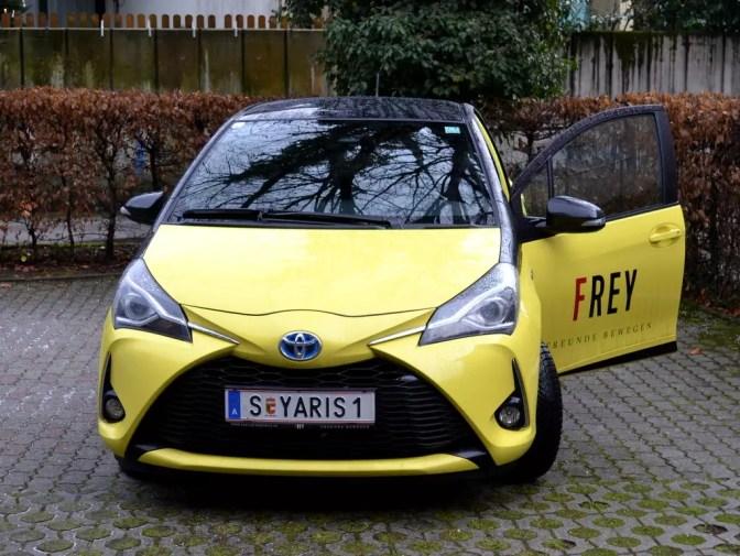 Toyota Yaris Hybrid gelb schwarz
