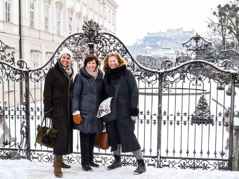 Austrian guides vor dem Schloss Mirabell