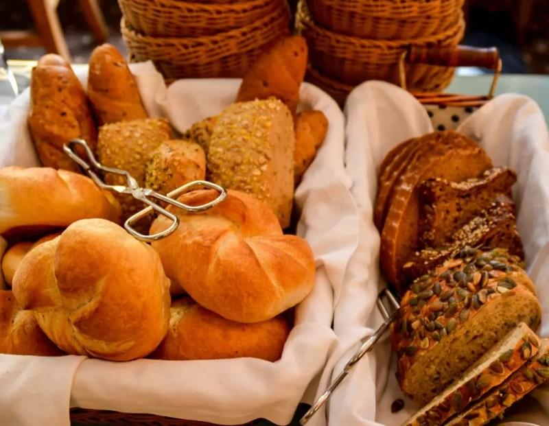 Brotauswahl am Frühstücksbuffet